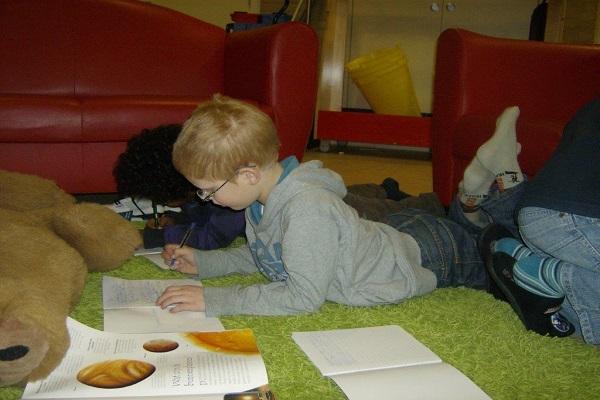 Kind op de grond schrijven