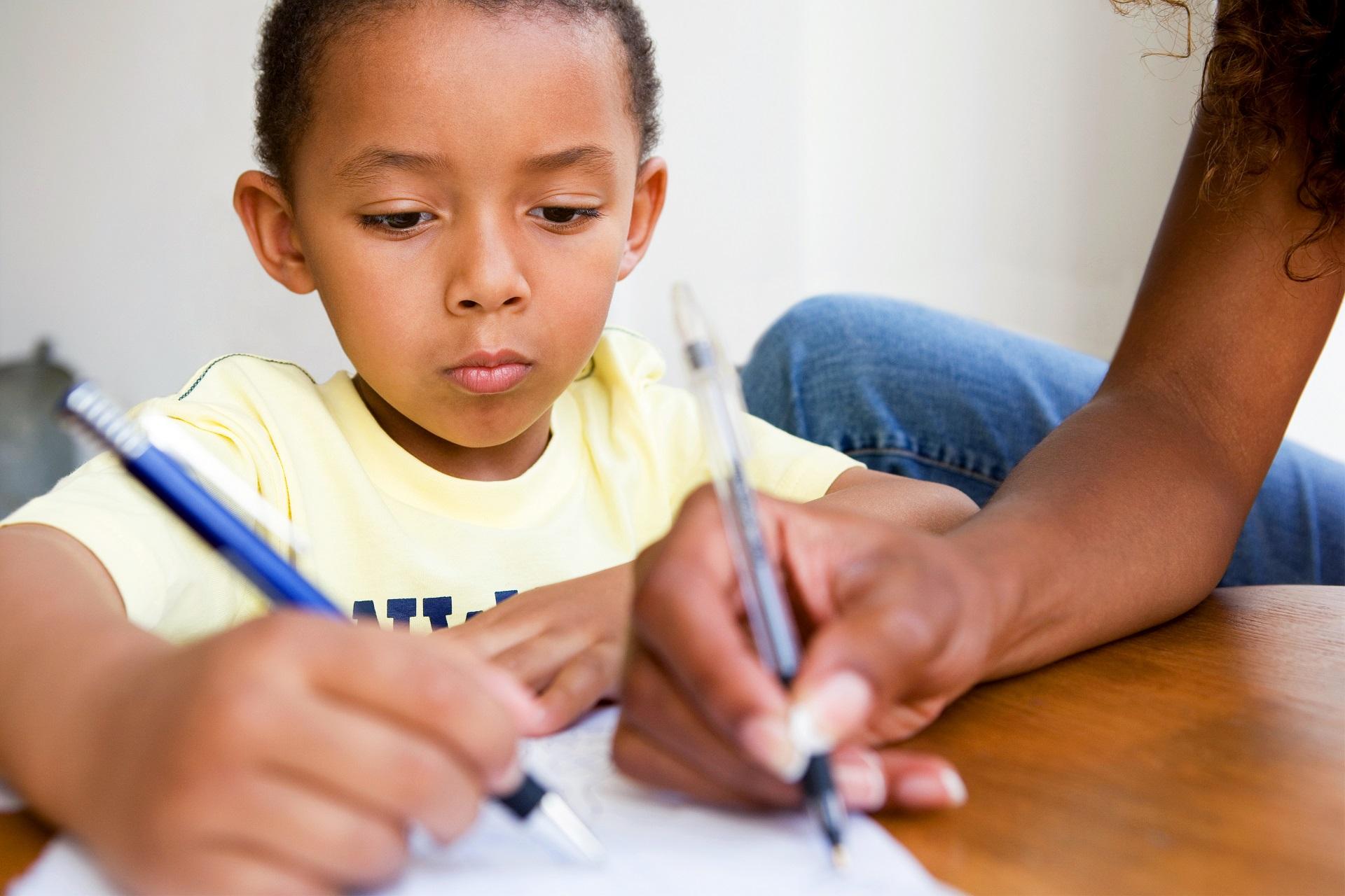 Schrijvende jongen